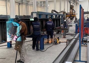 Operarios soldando estructuras metálicas